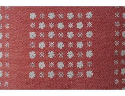 Roter Kissenbezug mit weißen Blumen